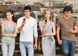 gente con el móvil